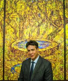 """29 DE MAYO DE 2014. SAN JUAN, PR. EL MUSEO DE ARTE DE PUERTO RICO PRESENTA LA OBRA """"EL JARDIN DE LA INTOLERANCIA: AL FINAL COMO PADRES, COMO LOCOS O COMO HEROES"""" DEL ARTISTA ARNALDO ROCHE RABELL QUE SE ANADE A SU COLECCION PERMANENTE. EN LA FOTO ARNALDO POSA FRENTE A SU PIEZA EXPUESTA EN EL MUSEO. GFRMEDIA/ALBERTO BARTOLOMEI/2014  -----"""