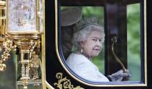 ARA11 LONDRES (REINO UNIDO), 14/04/2016.- Fotografía de archivo del pasado 4 de junio de 2014 que muestra a la reina Isabel II de Inglaterra a su salida del palacio de Buckingham en Londres, Reino Unido hoy 14 de abril de 2016. La reina cumplirá 90 años el próximo 21 de abril de 2016. EFE/Andy Rain