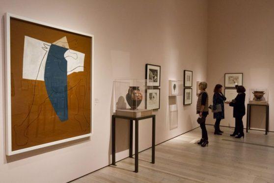 """SHM74 - LOS ÁNGELES (CA, EEUU), 07/12/2016.- Invitados hacen un recorrido por la exhibición """"Picasso y Rivera: conversaciones a través del tiempo"""" hoy, miércoles 7 de diciembre 2016, en la sede del Museo de Arte Contemporáneo de Los Ángeles (LACMA), en California (EE.UU.). Con más de 100 pinturas y grabados firmados por los pintores Pablo Picasso y Diego Rivera, figuras estandartes de las artes plásticas del pasado siglo, la exhibición muestra el diálogo que surge entre las obra de los dos pintores, su formación en el cubismo y la relación que establecieron con la época que vivieron. EFE/Felipe Chacón"""