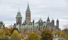 CANADÁ ATAQUE:WTX24- OTTAWA (CANADÁ), 23/10/2014.- Vista de las banderas ondeando a media asta en el Parlamento de Canadá hoy, jueves 23 de octubre de 2014, en Ottawa, Canadá. La Policía canadiense dijo hoy que Michael Zehaf-Bibeau, quien este miércoles asesinó a un militar antes de asaltar el Parlamento canadiense, actuó solo aunque continúan las investigaciones para descartar sus posibles conexiones con grupos radicales. Zehaf-Bibeau, de 32 años y que murió abatido por las fuerzas de seguridad en los pasillos del edificio del Parlamento, tenía un historial criminal por posesión de drogas, robo y amenazas. EFE/WARREN TODA