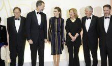 GRA492. MADRID, 13/12/2016.- El rey Felipe VI (2i) y la reina Letizia (3i), acompañados del periodista Francesc de Carreras (4i), premio Mariano de Cavia, la presidenta de ABC, Catalina Luca de Tena (3d), el presidente de Vocento, Santiago Bergareche (2d) y el director de ABC, Bieito Rubido (d) posan durante la entrega de la 96 edición de los premios Internacionales de Periodismo ABC que presiden en la Casa de ABC en Madrid. EFE/Juan Carlos Hidalgo